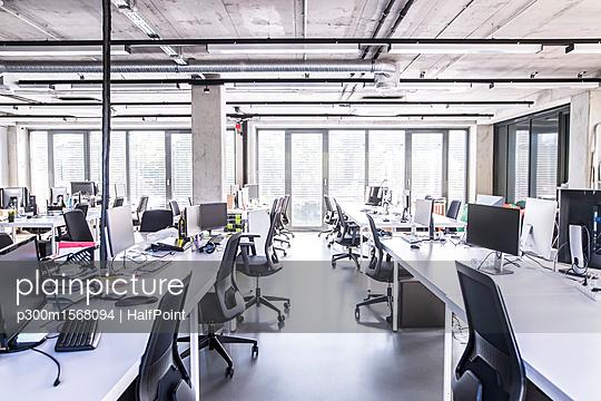 plainpicture - plainpicture p300m1568094 - Modern open-plan office - plainpicture/Westend61/HalfPoint
