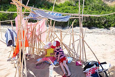 Online at the beach - p454m2142227 by Lubitz + Dorner