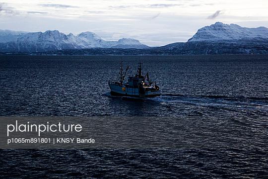 Fischerboot in der Dämmerung unterwegs - p1065m891801 von KNSY Bande