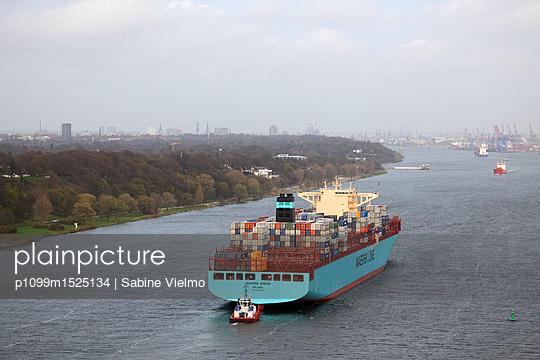 Containerschiff auf der Elbe bei  Anfahrt in den Hafen Hamburg  - p1099m1525134 von Sabine Vielmo