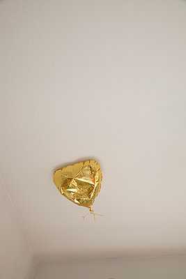Balloon at ceiling  - p1040m1195497 by Dorothee Hörstgen
