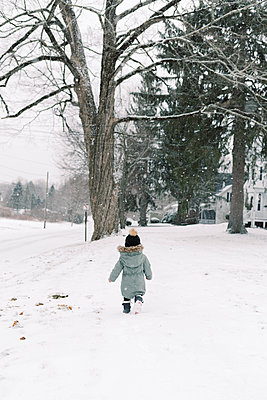 Little toddler girl in the snow. - p1166m2157315 by Cavan Images