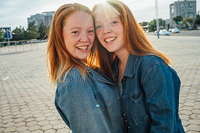 Smiling redheaded twins in the city, sunlight - p300m2063007 von Vasily Pindyurin
