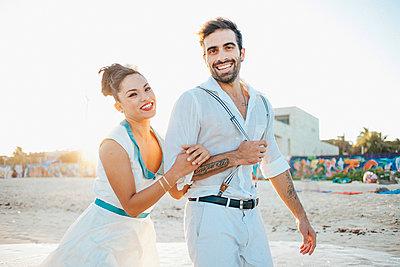 Brautpaar am Strand - p680m1207173 von Stella Mai