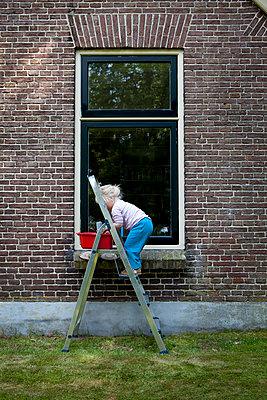 Kind beim Fensterputzen - p896m836156 von Anke Teunissen