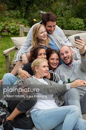 Freunde machen ein Selfie auf der Gartenparty - p788m1165288 von Lisa Krechting