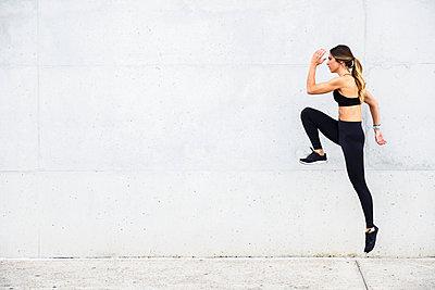 Athlete jumping in front of white wall - p300m2060822 von Javier Sánchez Mingorance