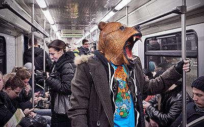 Bärenmaske in Moskauer Metro - p390m1214584 von Frank Herfort