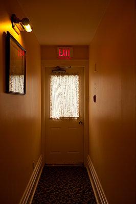 Notausgang im Hotel - p470m1059362 von Ingrid Michel