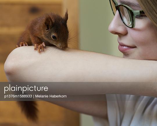 Eichhörnchen auf dem Arm - p1376m1588933 von Melanie Haberkorn