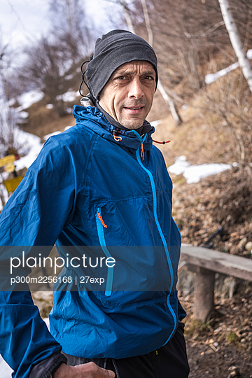 Confident man with knit hat standing in forest - p300m2256168 by 27exp