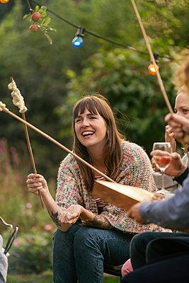 Roasting campfire bread - p788m2037425 by Lisa Krechting