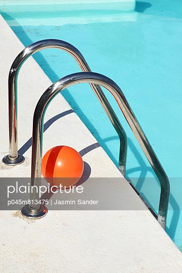 Swim ladder - p045m813475 by Jasmin Sander