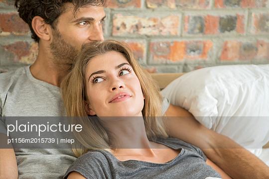 Paar im Bett - p1156m2015739 von miep