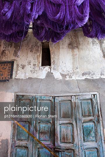 frisch gefärbte Wolle zum trocknen aufgehängt im Färberviertel, Marrakesch, Marokko - p1316m1160930 von Florian Stern