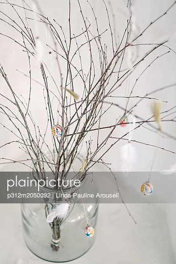 plainpicture - plainpicture p312m2050092 - Twigs with Easter decorations - plainpicture/Johner/Linda-Pauline Arousell