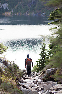 Rear view of hiker moving towards Snow Lake - p1166m1486236 by Cavan Images