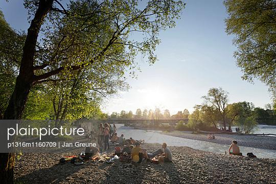 Leute grillen am Isarufer, Flaucher, München, Bayern, Deutschland - p1316m1160709 von Jan Greune