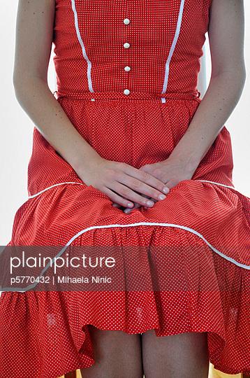 Frau im roten Kleid - p5770432 von Mihaela Ninic