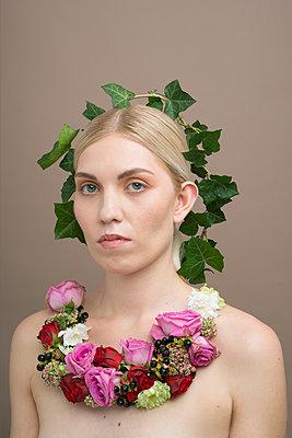 portrait with Ivy crown - p1323m1515444 von Sarah Toure