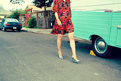 Frau auf der Straße - p432m1082593 von mia takahara
