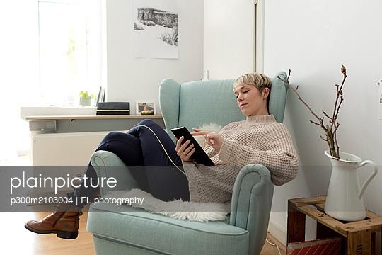 plainpicture - plainpicture p300m2103004 - Relaxed woman sitting in ar... - DEEPOL by plainpicture/FL