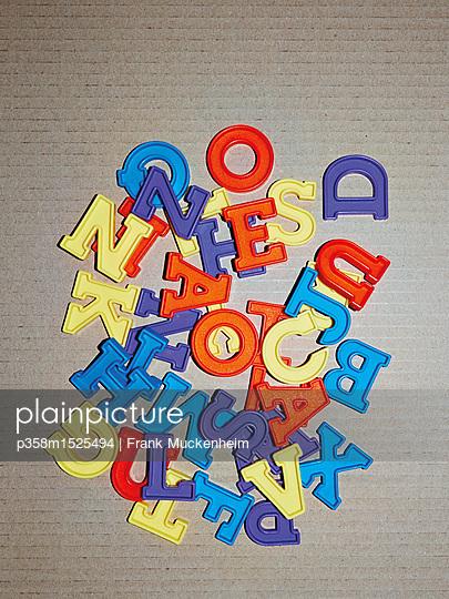 Buchstabenhaufen - p358m1525494 von Frank Muckenheim