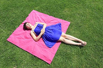 Frau im Park - p0452300 von Jasmin Sander