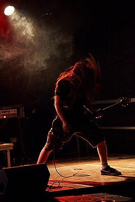 Gitarrist bei Livekonzert - p1272m1083344 von Steffen Scheyhing