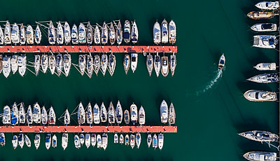 Overhead view of boats moored along the jetty at harbor, Sestri Levante - p1315m1565860 by Wavebreak