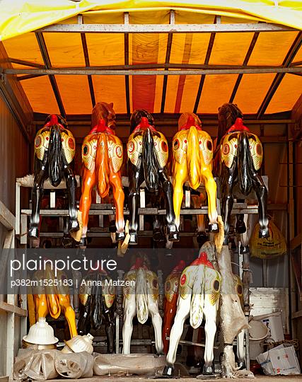 Karussellpferde auf Reisen - p382m1525183 von Anna Matzen