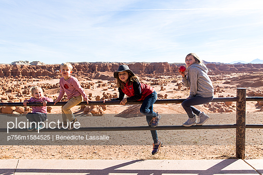 Vier Kinder auf einem Geländer - p756m1584525 von Bénédicte Lassalle