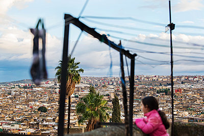 Morocco, Fès, Girl on balcony - p1167m2269939 by Maria Schiffer