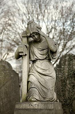 Weibliche Steinfigur auf einem Grab - p1248m1526415 von miguel sobreira