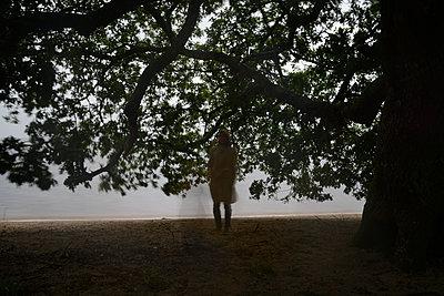 Schemenhafte Frau unter einem Baum - p1631m2208616 von Raphaël Lorand