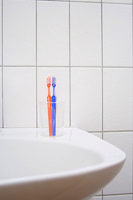 Pair of toothbrushes  - p2141065 by hasengold