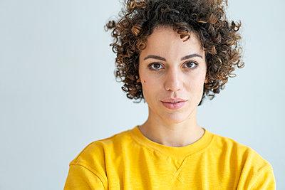 Portrait of confident woman wearing yellow sweater - p300m2080605 von Joseffson