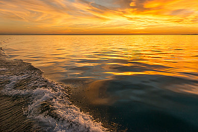 Germany, Baden-Wuerttemberg, Lake Constance, stern wave - p300m2082998 by Holger Spiering