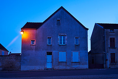 Street lamp on residential house at twilight - p1312m2270003 by Axel Killian