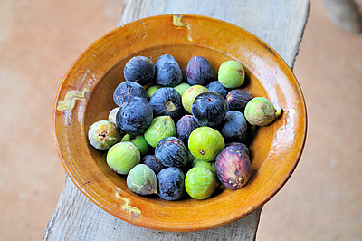 Bowl with figs - p8850182 by Oliver Brenneisen