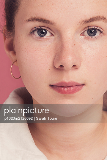 A teenage girl against pink  - p1323m2126092 von Sarah Toure