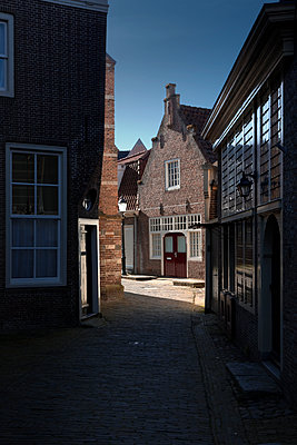 Alleyway in  Enkhuizen - p1032m1139048 by Fuercho