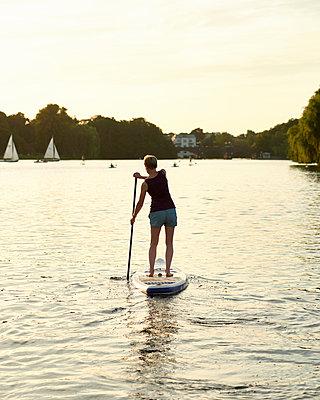 Stand up Paddle auf der Außenalster - p1124m1055774 von Willing-Holtz