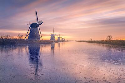Netherlands, Holland, Rotterdam, Kinderdijk in the evening - p300m2062886 von Raul Podadera Sanz