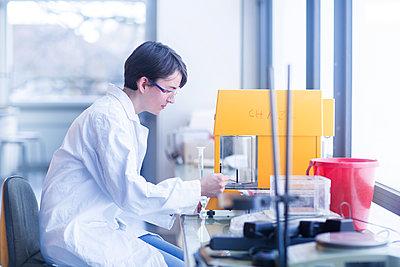 Female chemist at work - p300m2155739 by Sigrid Gombert