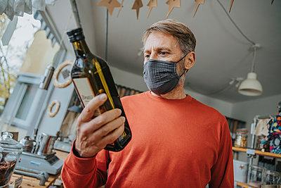 Man shopping in zero waste shop, Cologne, NRW, Germany - p300m2256196 von Mareen Fischinger