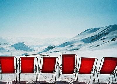 Stuhlreihe in der Schweiz - p9220008 von Juliette Chretien