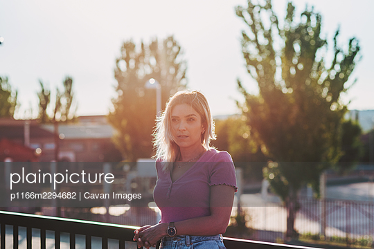 Portrait of a blonde girl enjoying the sunset. - p1166m2294682 by Cavan Images