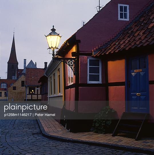 Gasse im Abendlicht auf Bornholm - p1258m1146217 von Peter Hamel