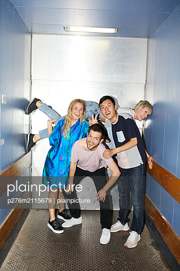 Funny group photo of friends - p276m2115679 by plainpicture